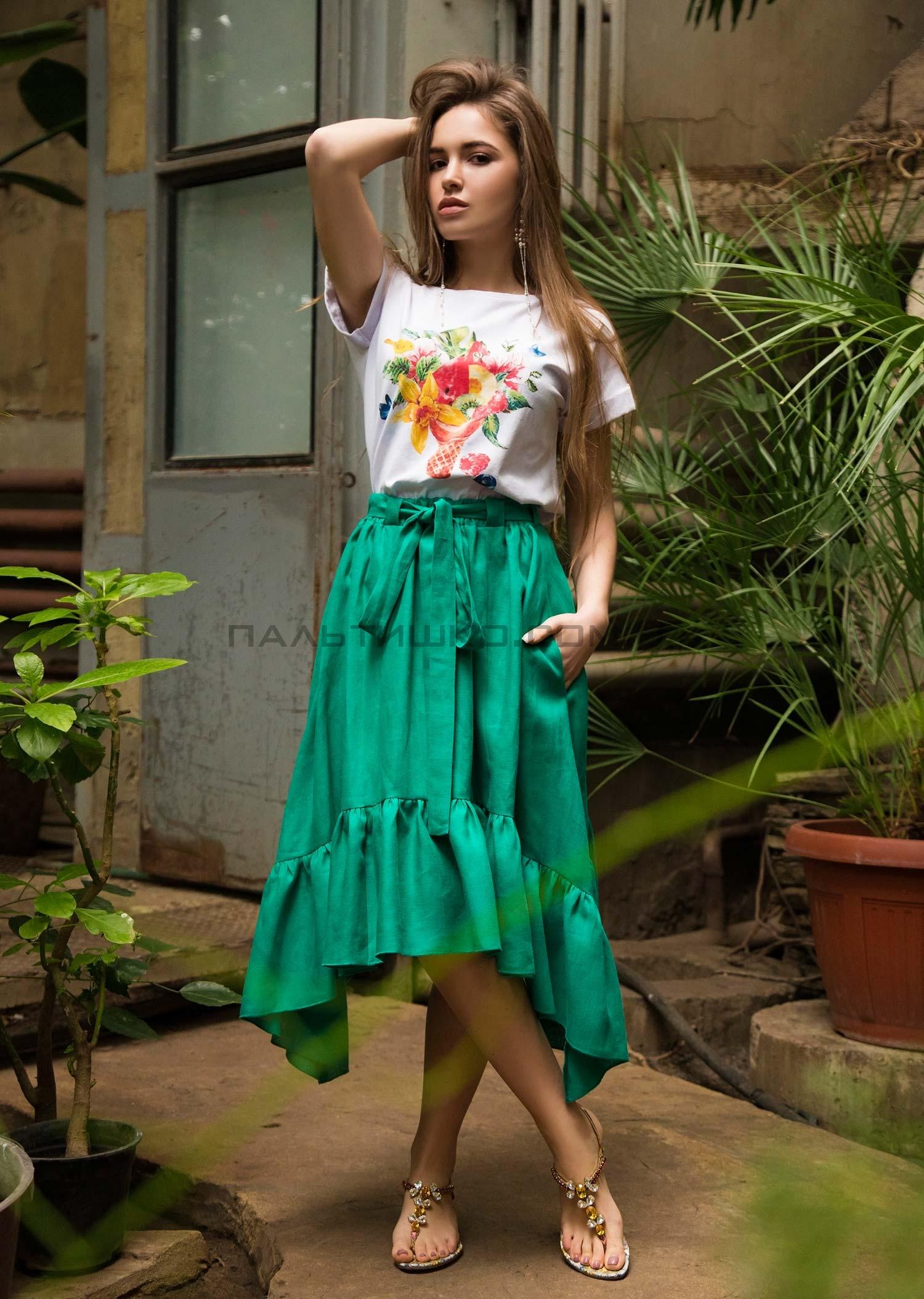 Зеленая юбка с белым топом