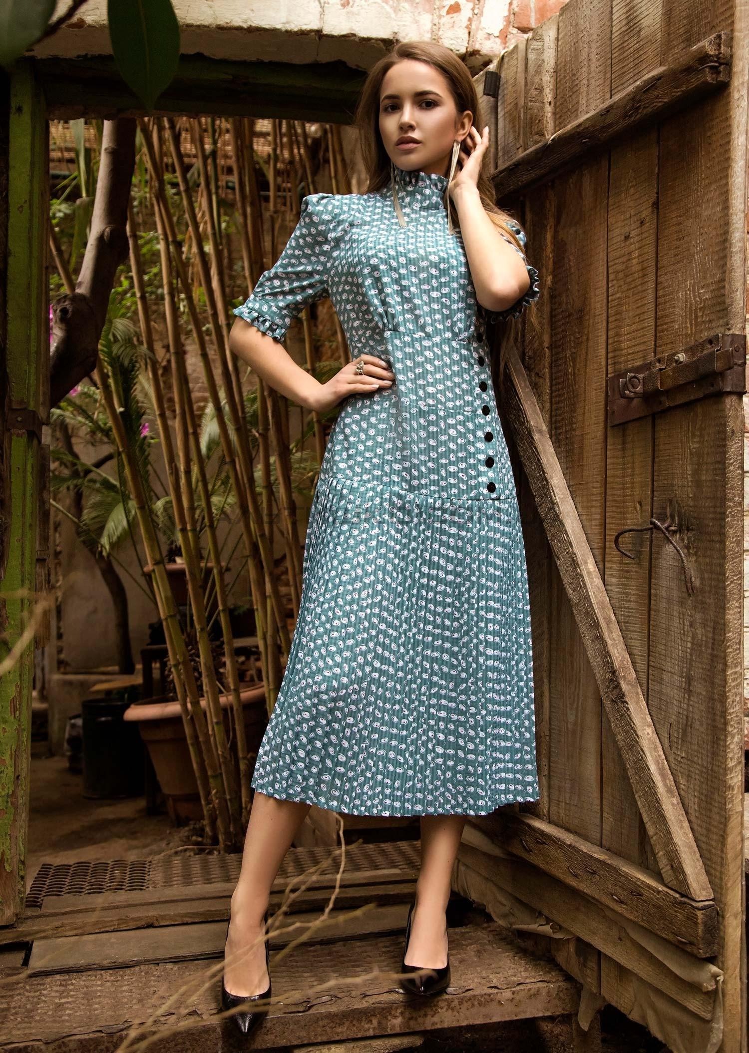 Зеленое платье с плиссировкой