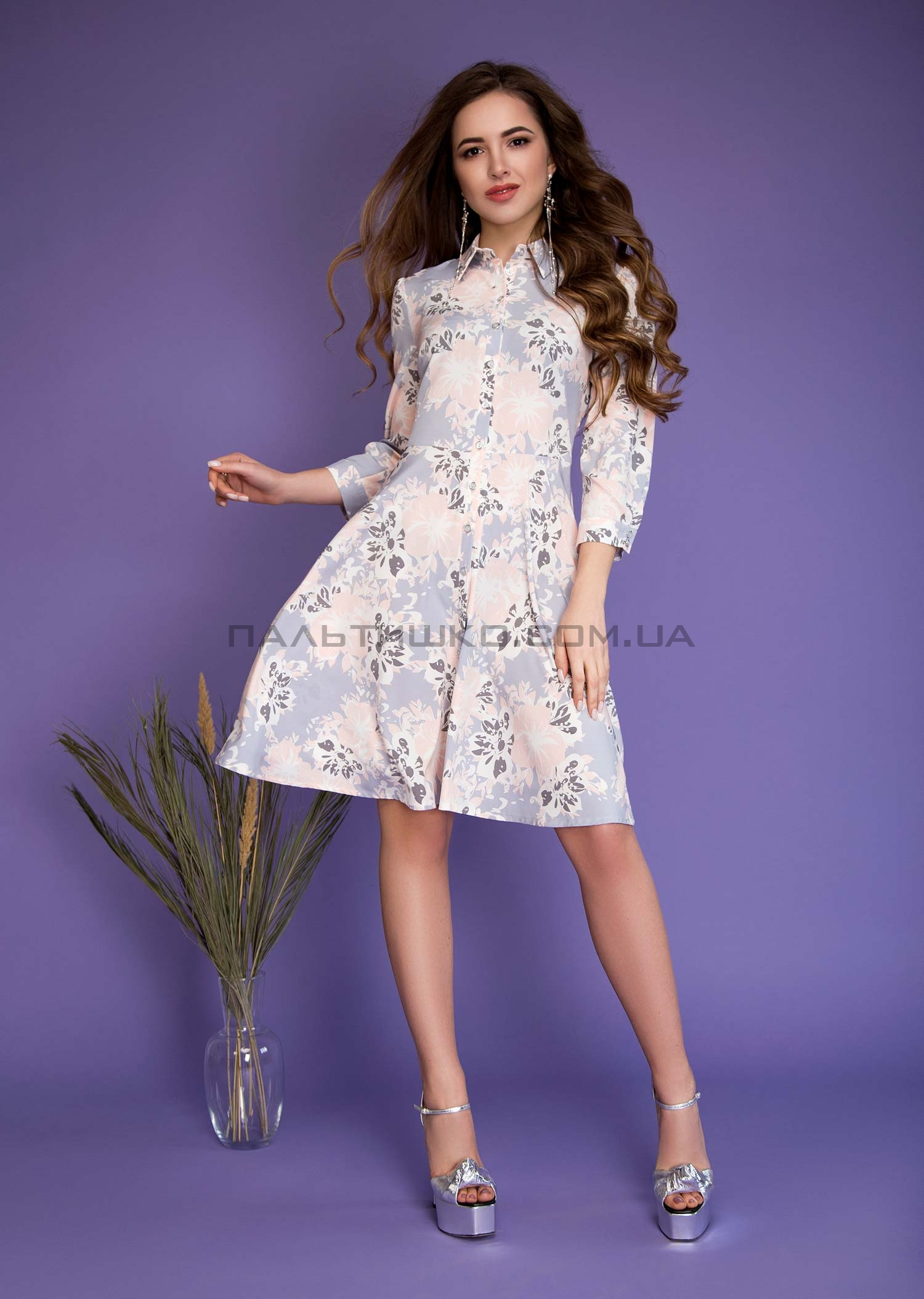 Платье с серо-розовым принтом